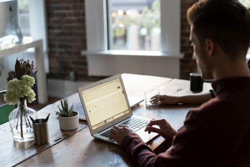 Laptop Texter Schreibtisch
